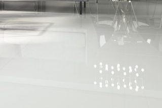 Gepolijst vloertegel 75x75 cm Super wit A85 in de woonkamer