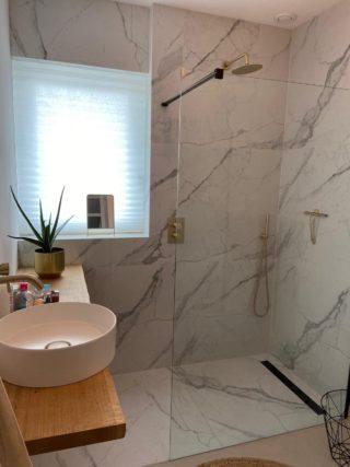 Gepolijst vloertegel 90×90 cm Marmerlook Carrara wit NR56 in de douche