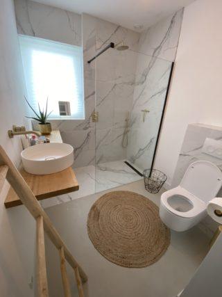 Gepolijst vloertegel 90×90 cm Marmerlook Carrara wit NR56 in de badkamer
