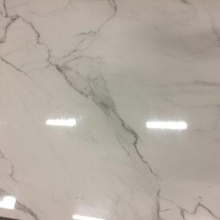 marmerlook wit gepolijste tegels in 90x90 cm