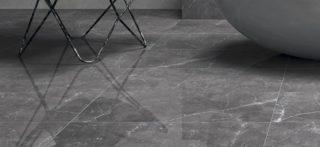 Hoogglans vloertegel 120x120 cm Marmerlook Grijs Nav 1 in de woonkamer