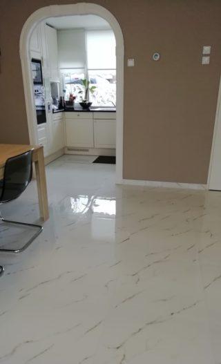 Hoogglans vloertegel 60×60 cm Carrara Neo Wit Marmerlook Nr. 47 in de keuken
