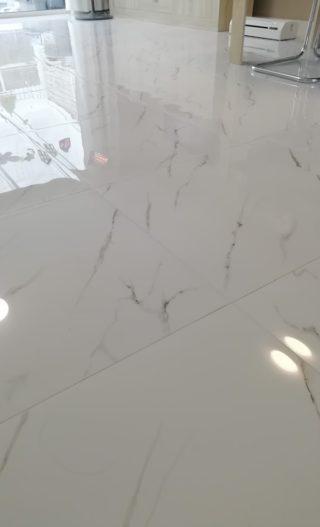 Hoogglans vloertegel 60×60 cm Carrara Neo Wit Marmerlook Nr. 47 op de vloer gelegd met vloerverwarming