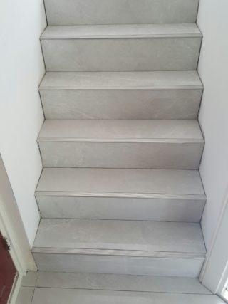 Hoogglans vloertegel 60×60 cm marmerlook grijs G24 als traptreden
