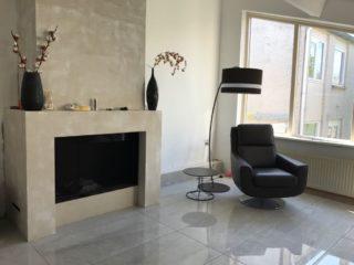 Hoogglans vloertegel 60×60 cm marmerlook grijs G24 in de woonkamer