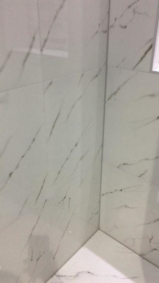 Hoogglans vloertegel 60x60 cm Carrara Neo Wit Marmerlook Nr. 47 in de badkamer