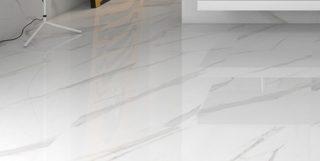 witte marmerlook tegels met grijze ardes in 75x75 cm