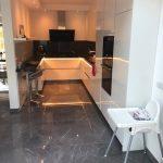 Hoogglans vloertegel 80x80 cm Marmerlook Grijs A76 in de keuken