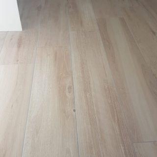 Houtlook tegel 23×120 cm Licht Beige F2 op de vloer