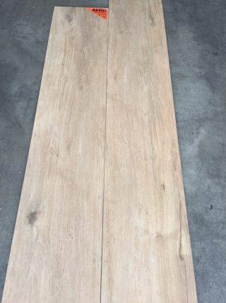 Houtlook tegel 27x163 cm Bruin DC1 op de vloer