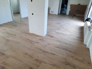 Houtlook tegel 30×120 cm Franse Eiken Beige DC4 is ook leverbaar in 20x120 cm, 27x163 cm en 15x60 cm. Dit is een tegel die zorgt dat je vloer zelden te onderscheiden is van een echte houten vloer. Deze tegel is gemakkelijk te onderhouden is en waterbestendig, wat niet zo is wanneer u kiest voor een echte houten vloer.