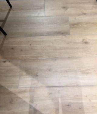Houtlook tegel 30×150 cm Favor Naturel N7 op de vloer