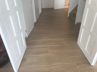 Houtlook tegel 30x150 cm beige n6 in de woonkamer gelegd.