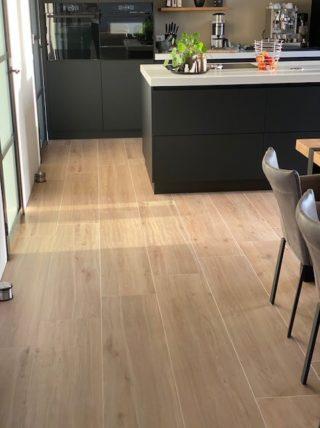 Houtlook tegel 30x150 cm Favor Naturel N7 in de keuken gelegd