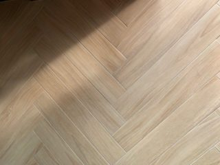 Houtlook tegel visgraat 15x90 cm Kerota Beige N6 is mooi op de vloer en wand
