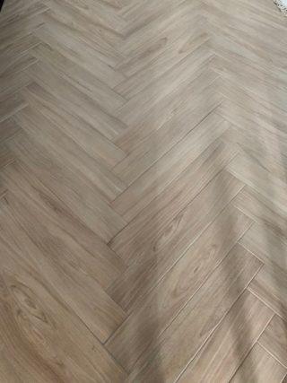 Houtlook tegel visgraat 15x90 cm Kerota Beige N6 op de vloer