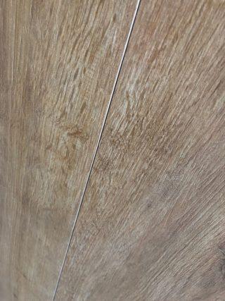 Houtlook tegel 20x120 cm DC1 Bruin op de vloer