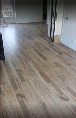 Houtlook tegel 23x120 cm bruin N15 in de woonkamer