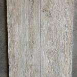 Houtlook tegel 30x120 cm Bianco grijs met noesten en v groeven