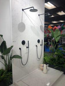 Witte wandtegels in de badkamer geven een kalm en indrukwekkend licht gevoel aan de je badkamer