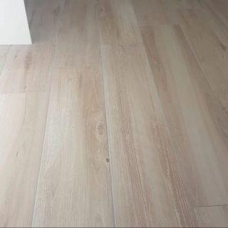 Keramisch parket 23x120 cm Licht Beige F2 op de vloer van dichtbij