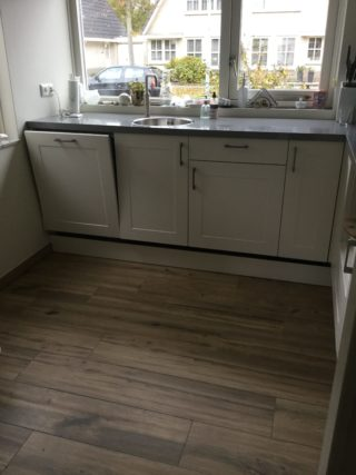 Keramisch parket 23x120 cm Origin Bruin N15 in de keuken