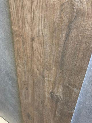 Keramisch parket 30x120 cm donker bruin met noesten is ook geschikt als badkamer vloertegel