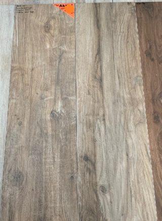 Keramisch parket 30x120 cm Donker bruin met noesten op de vloer