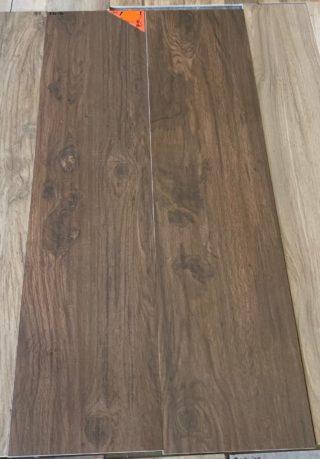 Keramisch parket 30x120 cm kersen bruin op de vloer in de woonkamer, badkamer en keuken