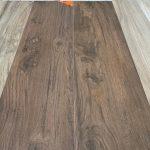Keramisch parket 30x120 cm kersen bruin met noesten op de vloer