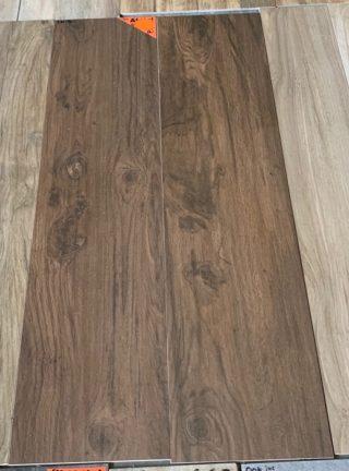 Keramisch parket kersen bruin 30x120 cm op de vloer