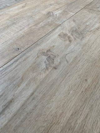 Keramisch parket 30x120 cm licht bruin met noesten als badkamer vloertegel