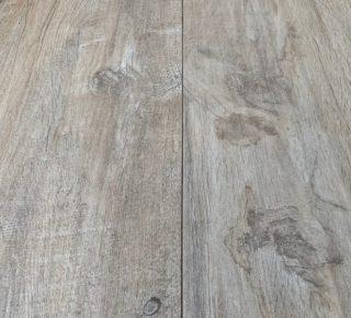 keramisch parket met donkere noesten bruin 30x120 cm op de vloer