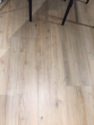 Keramisch parket 30x150 cm beige N7 op de vloer