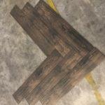 Keramisch parket Visgraat 15x90 cm Donker Bruin N10 op de vloer