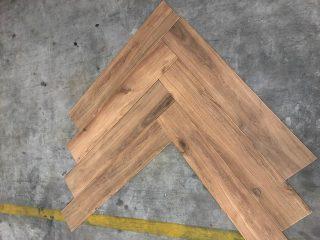 Keramisch parket Visgraat 15x90 cm Bruin Beige N14 op de vloer