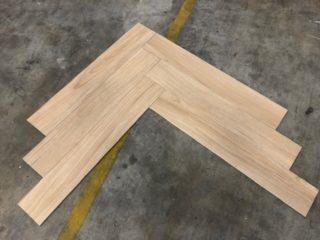 Keramisch parket Visgraat 15x90 cm N6 Kerota Beige op de vloer