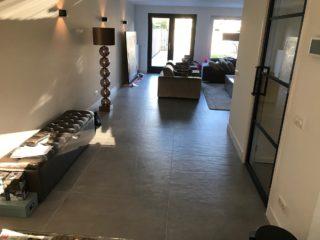 Vloertegel 100×100 cm Betonlook Grijs CC3 in de woonkamer gelegd