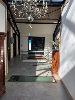Vloertegel 120x120 cm betonlook grijs C26 klantenfoto is mooi op de vloer en wand.