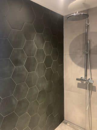Vloertegel 23×26 cm Hexagon Zwart A314 als badkamer wandtegels gelegd