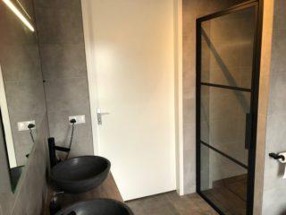 Vloertegel 30×60 cm Betonlook Ariel Antraciet NR 20 is mooi in de badkamer