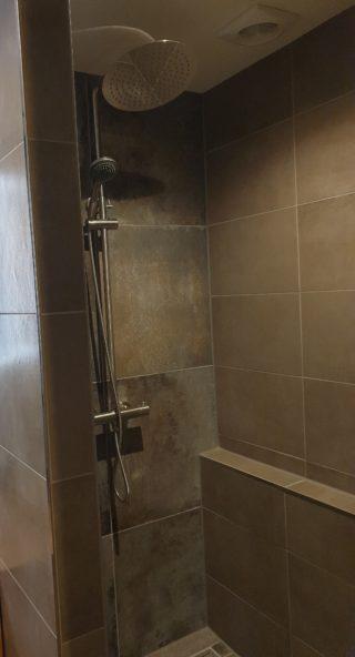 Vloertegel 30×60 cm Betonlook Taupe Grijs Bruin DC97 geplaatst op de wand van de badkamer in combinatie met Vloertegel 60x60 cm Roest Blauw A81