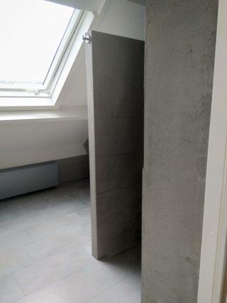 Vloertegel 30×60 cm Betonlook licht grijs DC22 is ook leverbaar in 45x45 cm, 60x60 cm, 80x80 cm en 60x120 cm. Deze betonlook tegel geeft een moderne uitstraling aan de ruimte. Gebruik deze gerectificeerde tegel op de vloer of wand!