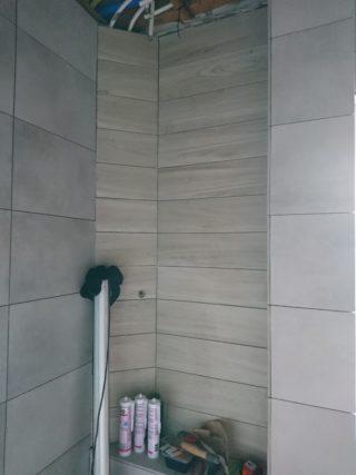 Vloertegel 30x60 Betonlook licht grijs DC 22 en Houtlook tegel Taupe bruin 15x90 cm in de badkamer