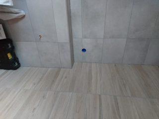 Vloertegel 30x60 cm betonlook licht grijs DC 22 en Houtlook tegel 15x90 Taupe bruin N1