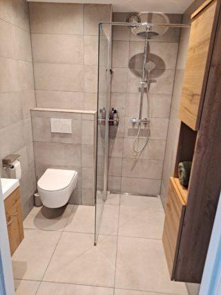 Vloertegel 30x60 cm en 60x60 cm Betonlook licht grijs DC22 in de badkamer is ook leverbaar in 80x80 cm en 60x120 cm. Deze betonlook tegel geeft een moderne uitstraling aan de ruimte. Gebruik deze gerectificeerde tegel op de vloer of wand!
