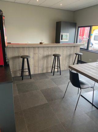 Vloertegel 60×60 cm Belgian Noir Antraciet hardsteen imitatie DC26 in de bar