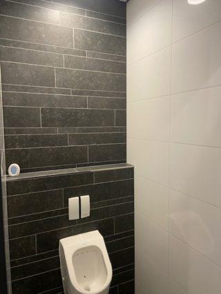 Vloertegel 60×60 cm Belgian Noir Antraciet hardsteen imitatie DC26 in het toilet