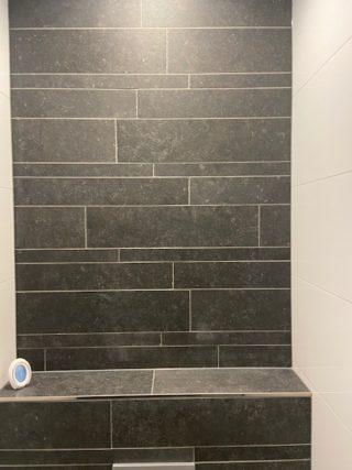 Vloertegel 60×60 cm Belgian Noir Antraciet hardsteen imitatie DC26 op het toilet