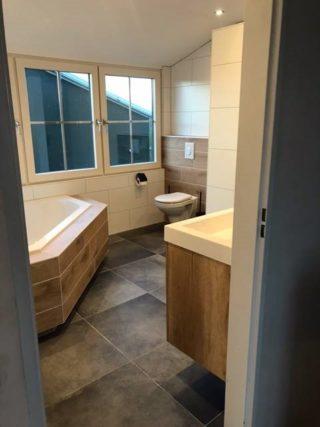 Vloertegel 60×60 cm Betonlook Antraciet DC90 Met antraciet betonlook tegels krijgt u een chique uitstraling in iedere ruimte. Betonlook tegels zijn goed te combineren met andere soort tegels zoals houtlook, zoals te zien in deze badkamer.